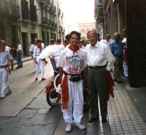 Pamplona 1997, en la puerta del Hotel Maisonnave junto al maestro Manolo Vázquez.