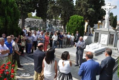 Rafael Contreras leyendo ante la tumba de Manolete una semblanza del Monstruo Cordobés. Foto Ladis.