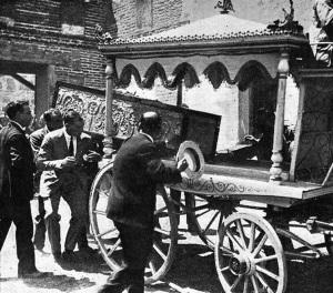El féretro de Joselito es posado en la humilde carroza fúnebre de Talavera.