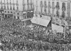 La pleitesía del pueblo madrileño a su paso por la Puerta del Sol.