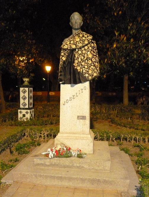 Busto granítico de Joselito en los Jardines del Prado.