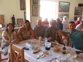 Comida en los bajos de la Plaza de alcorisa. De izquierda a derecha: Ángela, Sonia Sevilla, Manuel Salmerón, un servidor y Juan de Dios Jiménez.